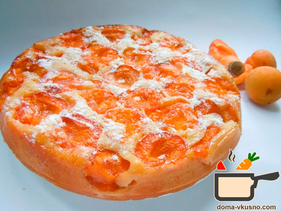 Такой пирог, по-моему, самый летний и солнечный, потому что добавленные фрукты придают легкую кислинку, прекрасный оранжевый цвет и аромат.